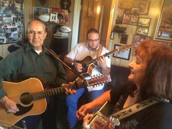 Trio Los Cancioneros del Valle: Don Salomón López, Rubén Domínguez y Rosa Vialpando. Foto: Daniel Sheehy.