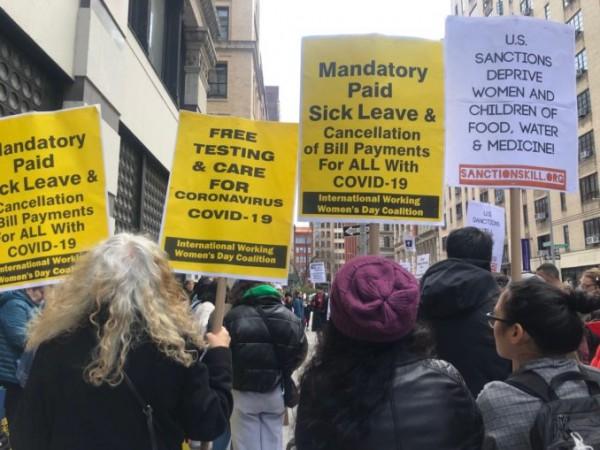 Manifestantes en el Día Internacional de las Mujeres Trabajadoras en la ciudad de Nueva York exigen el fin de las sanciones y el apoyo integral a los trabajadores durante la epidemia de COVID-19. Foto: www.workers.org.