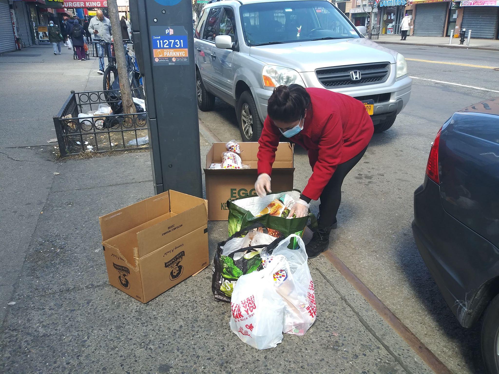Voluntaria del grupo de mexicanos que por iniciativa de Francisco Ramírez y Sandra Pérez se dedican a repartir despensas de comida a los inmigrantes que están pasando hambre en la ciudad de Nueva York, a causa de la pandemia de Covid-19.