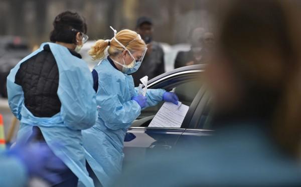 Una enfermera con ChristianaCare ofrece una prueba gratuita para el coronavirus a un conductor en el centro de Wilmington, Delaware. Foto: https://whyy.org.