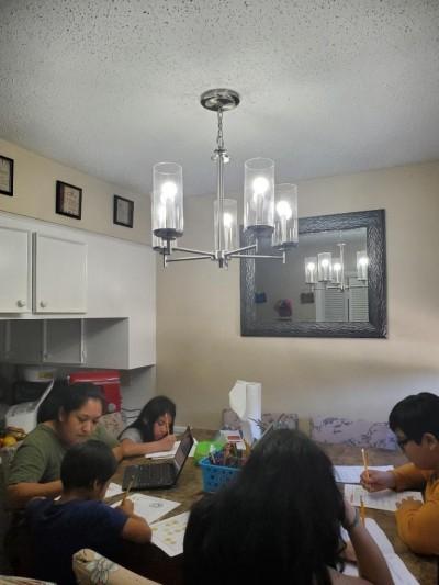Los 4 hijos de los Rodríguez haciendo la tarea durante la crisis de coronavirus.