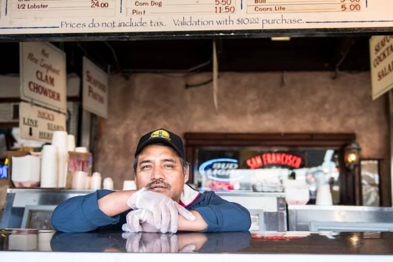 Roberto López trabaja en el Faro de Nick en Fisherman's Wharf, en San Francisco, California. Al igual que muchos trabajadores de la industria de servicios, le preocupa la disminución de los ingresos en el restaurante y lo que eso significa para su trabajo. Foto: Beth LaBerge / KQED.