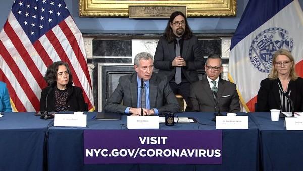 El alcalde de Nueva York, Bill de Blasio en cnferencia de prensa sobre el cornavirus. Foto: www.ny1.com.
