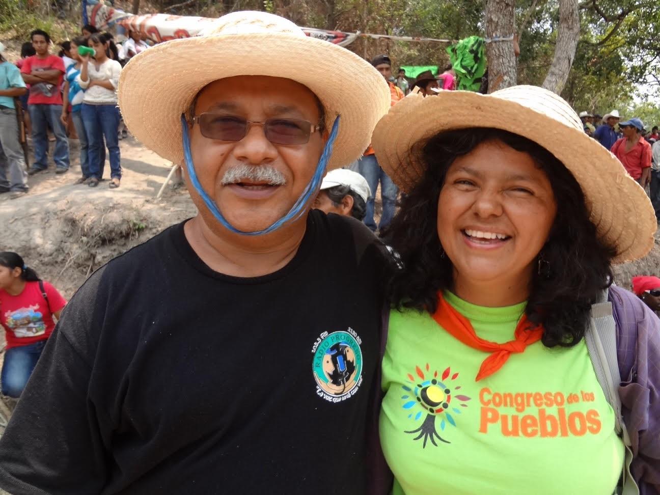 Padre Melo, con su amiga Bertha Cáceres, activista ambiental asesinada tiempo después de tomada esta foto.