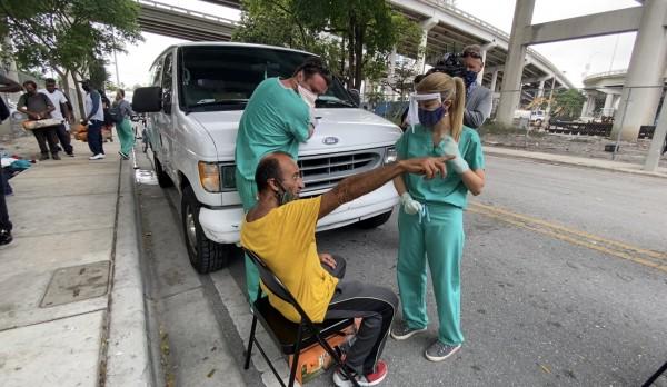 Personal médico realiza pruebas gratuitas de Covid19 a personas en condición de indigencia en calles de Miami, Florida.