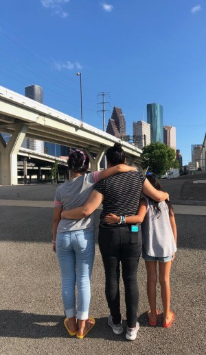 Tras ocho meses de no verse, Laura se reúne por fin con sus hijas en 14 de mayo en Houston, Texas, sellando su encuentro con un abrazo. Foto: Cortesía de Melissa Pérez.