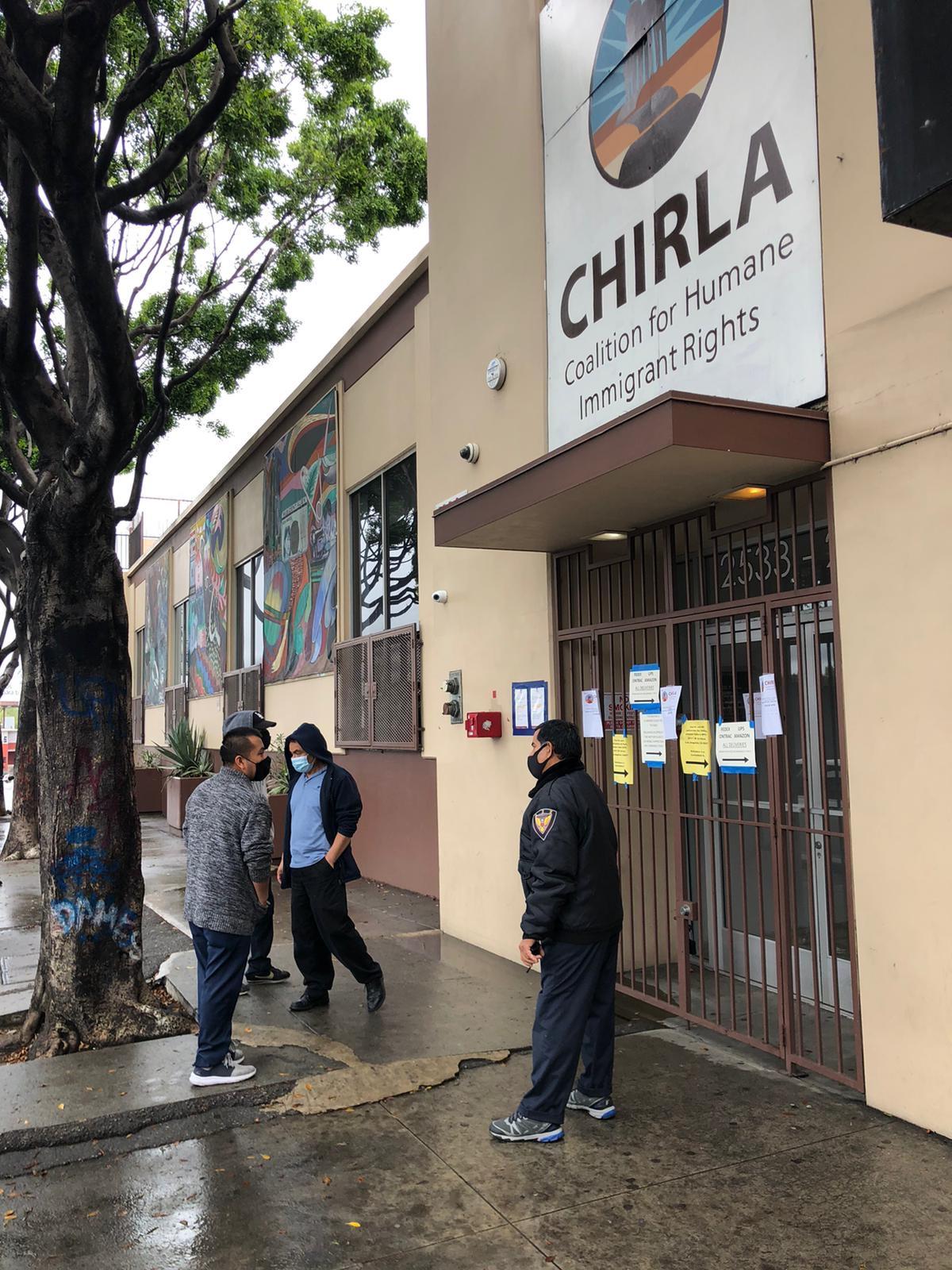 Migrantes se acercaron a las oficinas de Chirla en Los Ángeles este lunes, tras no poderse comunicar pero los refirieron a llamar a las líneas de teléfono designadas.