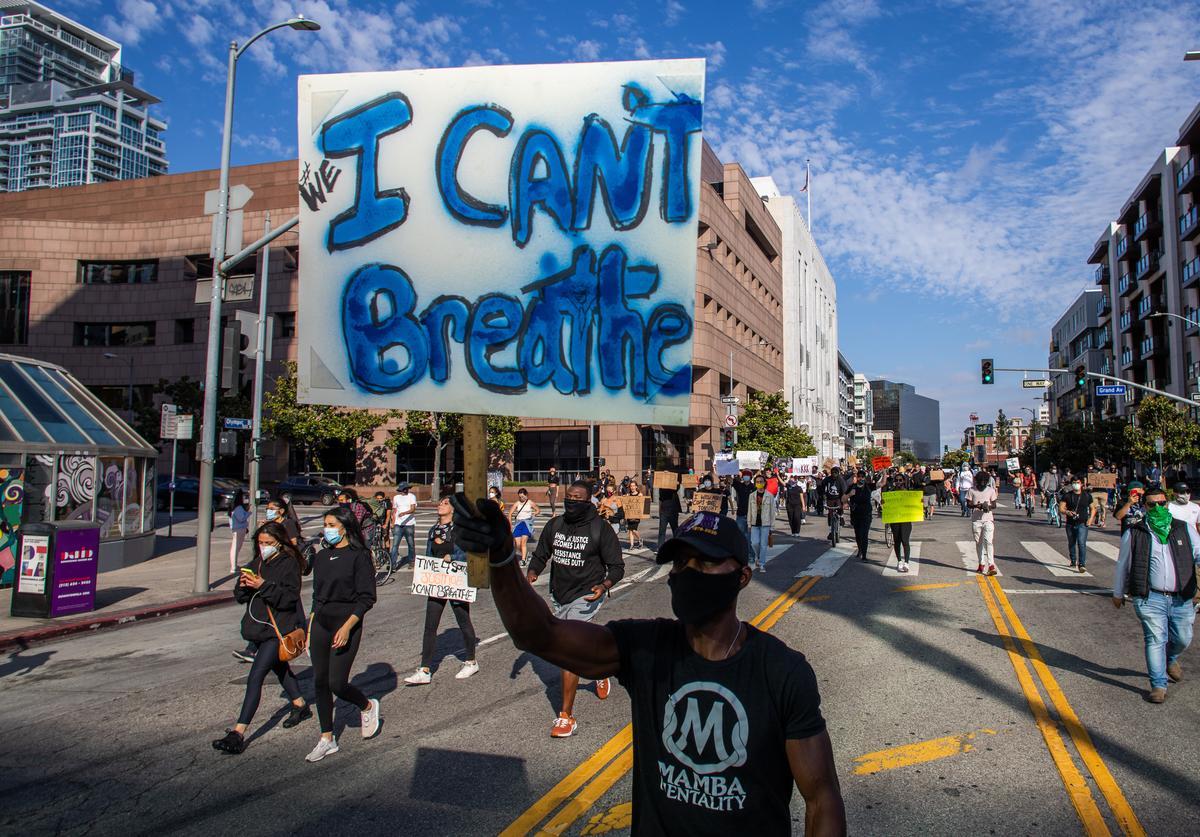 En una de las múltiples manifestaciones callejeras de protesta contra el asesinato de George Floyd. Foto: https://www.hotnewhiphop.com.