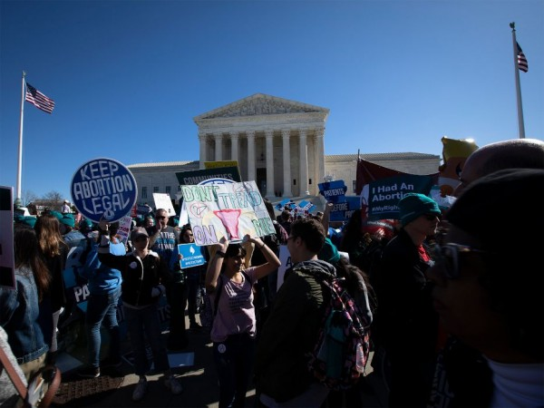 """Manifestantes en pro del aborto cerca de la Corte Suprema, que escuchó los argumentos orales en el desafío a una ley de Luisiana aprobada en 2014, que requiere que los proveedores de abortos tengan """"privilegios de admisión"""" en un hospital a 30 millas de la cínica donde se practica un aborto. Foto: www.ncronline.org / CNS / Tyler Orsburn."""