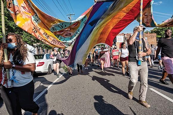 Cientos de manifestantes marchan en apoyo a Black Lives Matter y a la comunidad LGBTQ + de Richmond el 12 de junio, en el cuarto aniversario de la masacre fatal en el club nocturno gay, Pulse, en Orlando, Florida, donde murieron 49 personas. Foto de Sandra Sellars.