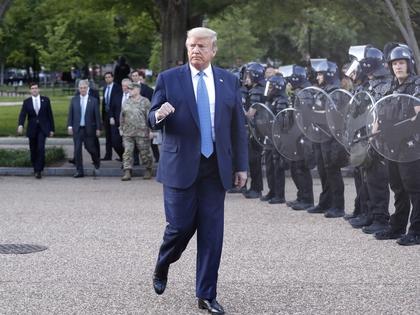 En la marcha de Trump desde la Casa Blanca a la iglesia de San Juana en la cercanía, junto con miembros de su gabinete. Foto: https://www.infobae.com.