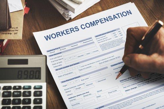 """Andrew Cuomo anunció la creación del Fondo de Compensación de Héroes COVID-19 para apoyar la atención médica y otros trabajadores de primera línea y sus familias que contrajeron COVID-19""""."""