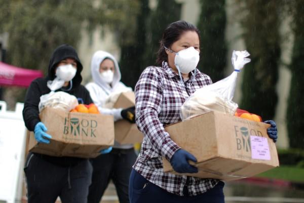 Un ingreso básico suficiente es el antídoto para contrarrestar las causas que hacen más vulnerables a Covid-19 a los latinos. Foto: weforum.org.