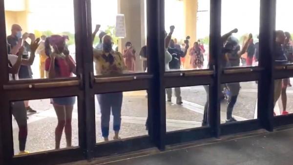 Votantes que no pudieron ingresar al centro de Convenciones de Louisville, Kentucky porque el martes los funcionarios de casilla se apresuraron a cerrar a las 6:30 pm las puertas de ese centro de votación, ¡la única casilla en esa ciudad!, mientras centeneras de personas intentaban estacionar sus autos en el estacionamiento y calles aledañas. Foto: Twitter / @jacobhryan.