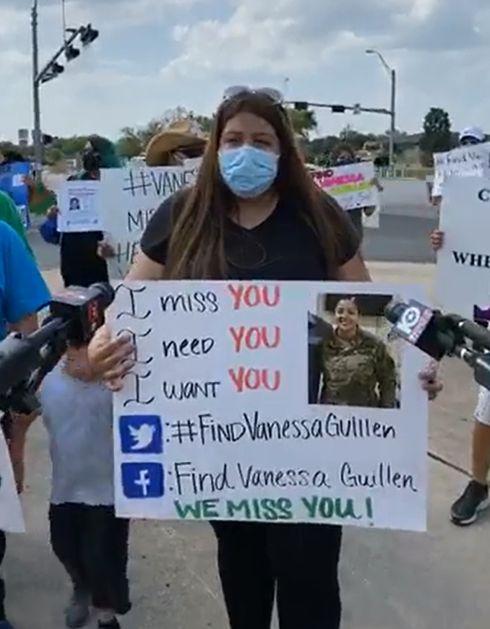 Mayra Guillen habla a los medios durante una reunión afuera de una entrada a Fort Hood, Texas, para llamar la atención sobre su hermana, Pfc. Vanessa Guillén, desaparecida hace un mes en esa fortificación militar. Foto: Facebook.
