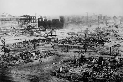 Paisaje de Greengood, en Tulsa, Oklahoma, tras el ataque de las mafias blancas y el bombardeo aéreo a esa ciudad conocida como el Wall Street Negro por su riqueza. Es ahí donde Trump escogió para hacer su primer mitin de campaña en meses el sábado. Foto: Wikipedia.
