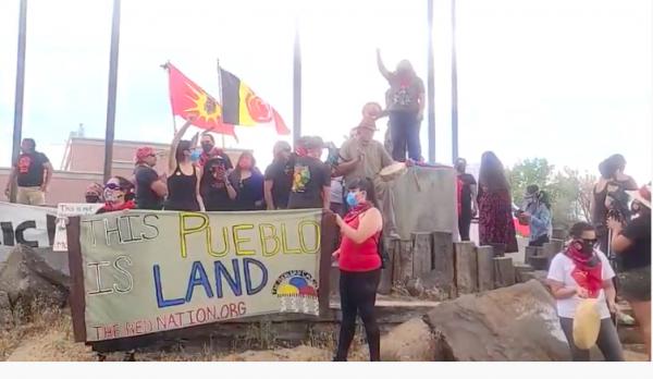 Protesta en el Heritage Center en Alcalde, Nuevo México, con nutrido grupo de jóvenes y mujeres de todos los credos políticos y religiosos. No creó caos. Foto: Native Media Network.