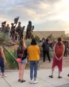 Removiendo la estatua del cruel conquistador español Juan Oñate. Foto: Captura de pantalla.