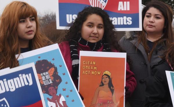 """""""Soñadoras' luchan para que la administración federal resuelva de manera permanente el problema de los Dreamers, pasando una ley o una reforma migratoria integral."""