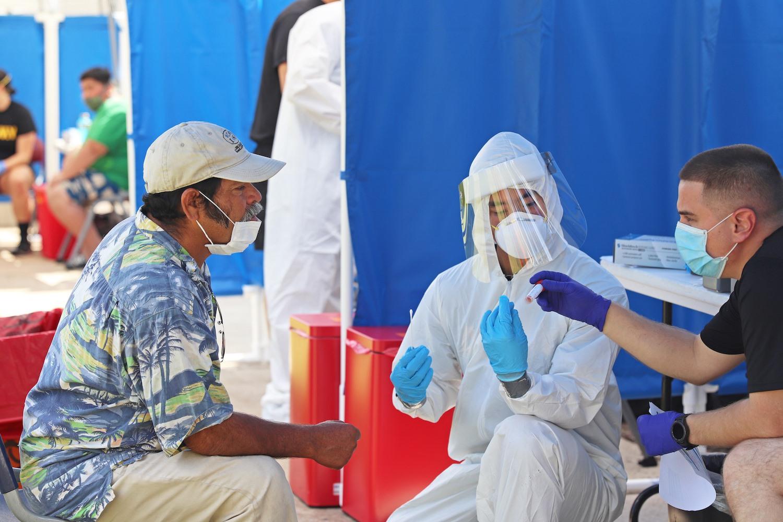 Son los propios trabajadores quienes supervisan los trabajos de las pruebas de coronavirus entre sus compañeros campesinos.