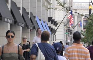 La gente habita las calles de la ciudad de Washington en su nueva normalidad.