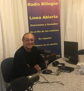 El reconocido cantautor mexicano, Gabino Palomares en una visita a los estudios de Radio Bilingüe en sus estudios generales en Fresno, California.