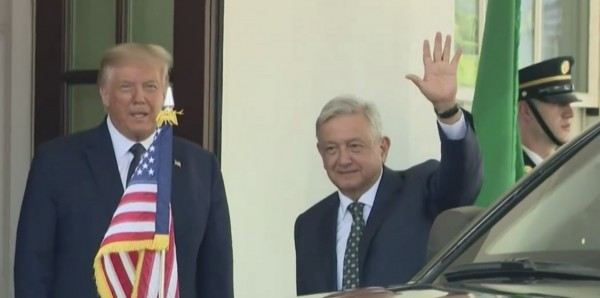 El presidente mexicano, Andrés Manuel López Obrador saluda, junto a su homólogo estadunidense, Donald Trump, en la Casa Blanca.