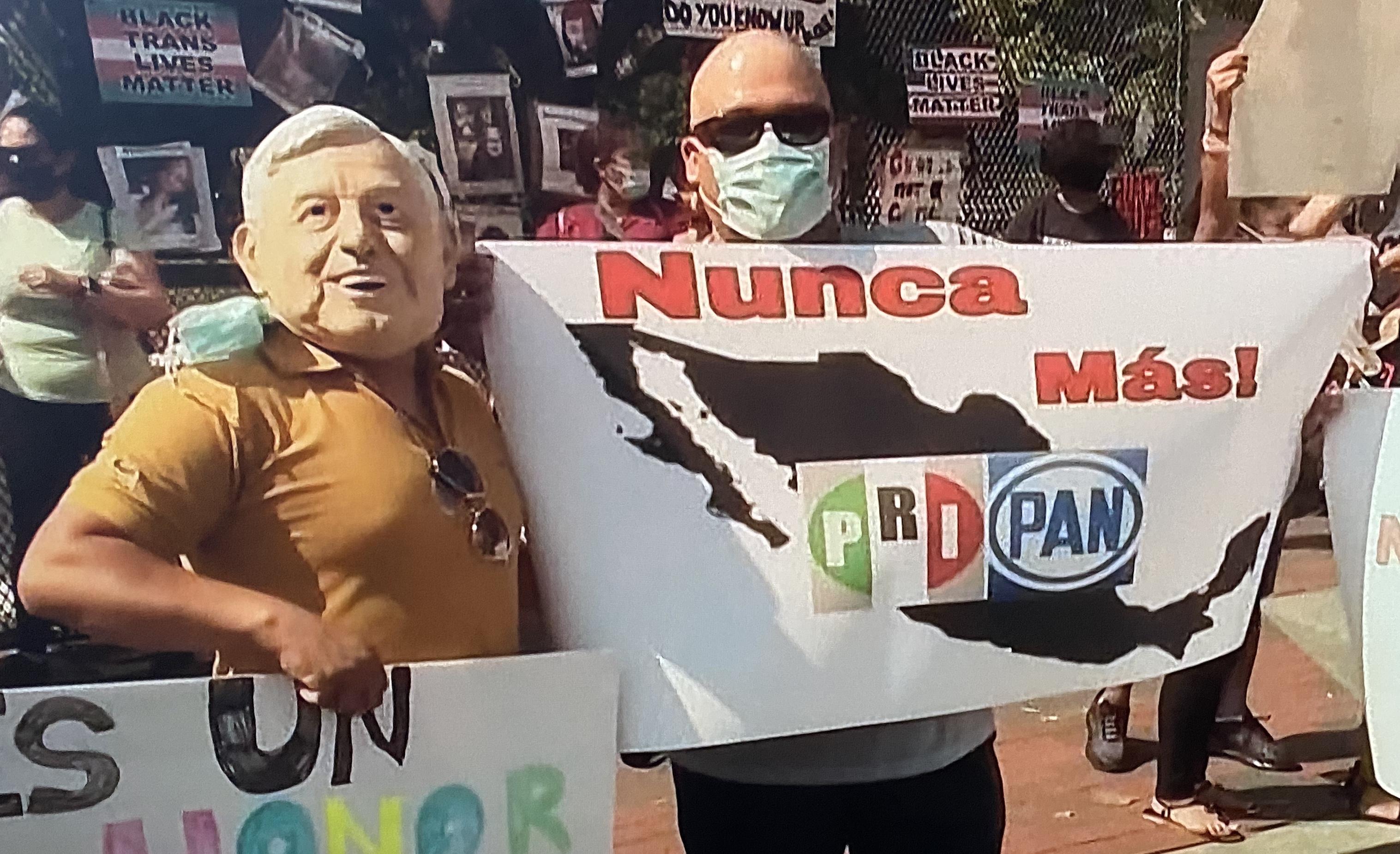 Otros manifestantes que acudieron al encuentro Trump-Amlo deploran el pasado político mexicano.