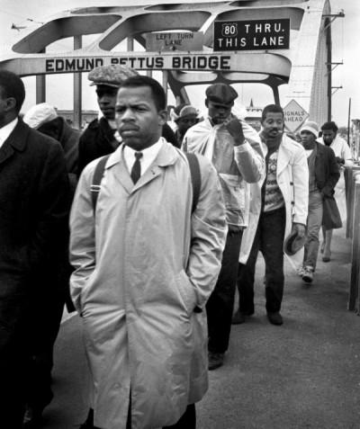 John Lewis lidera manifestantes pacíficos a través del puente Edmund Pettus, Selma, Alabama, marzo de 1965. Foto: https://www.brainpickings.org.