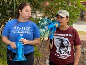 Nely rodríguez (derecha), organizadora de los trabajadores agrícolas de Immokalee, de camiseta guinda y con el megáfono transmitiendo un mensajes a los trabajadores mientras éstos laboran.