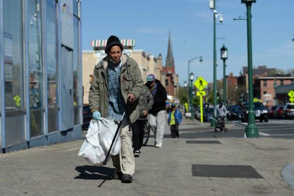 Un hombre camina por el barrio Frog Hollow en Hartford. El vecindario, predominantemente latino se ha visto afectado por la pandemia COVID-19, porque las empresas han estado cerradas durante semanas y se ven amenazados con perder su vivienda y los 600 dólares de ayuda del gobierno. Foto: https://ctmirror.org.