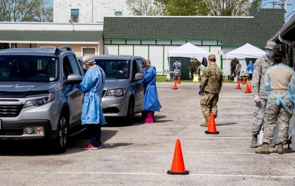 La Guardia Nacional de Michigan se asocia con Mercy Health y la Agencia de Asuntos de Veteranos para proporcionar pruebas gratuitas de coronavirus en Muskegon Heights, Michigan. Foto: Alison Zywicki/ azywicki@mlive.com.
