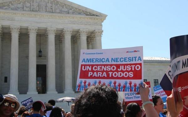Protesta frente a la Corte Suprema en 2019 contra el intento de Trump por imponer trabas a la participación de los inmigrantes en el Censo 2020. Foto: https://cronkitenews.