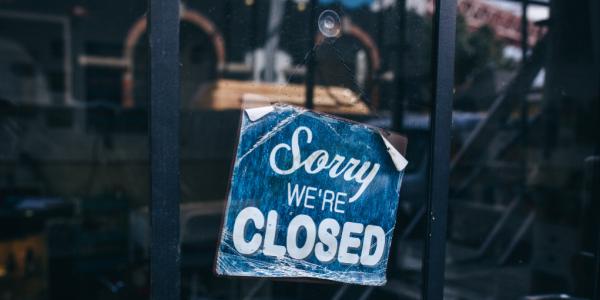 Miles de negocios cerrados por el coronavirus despidieron a sus trabajadores, que perdieron su seguro de salud. Foto: https://www.rethink.industries.