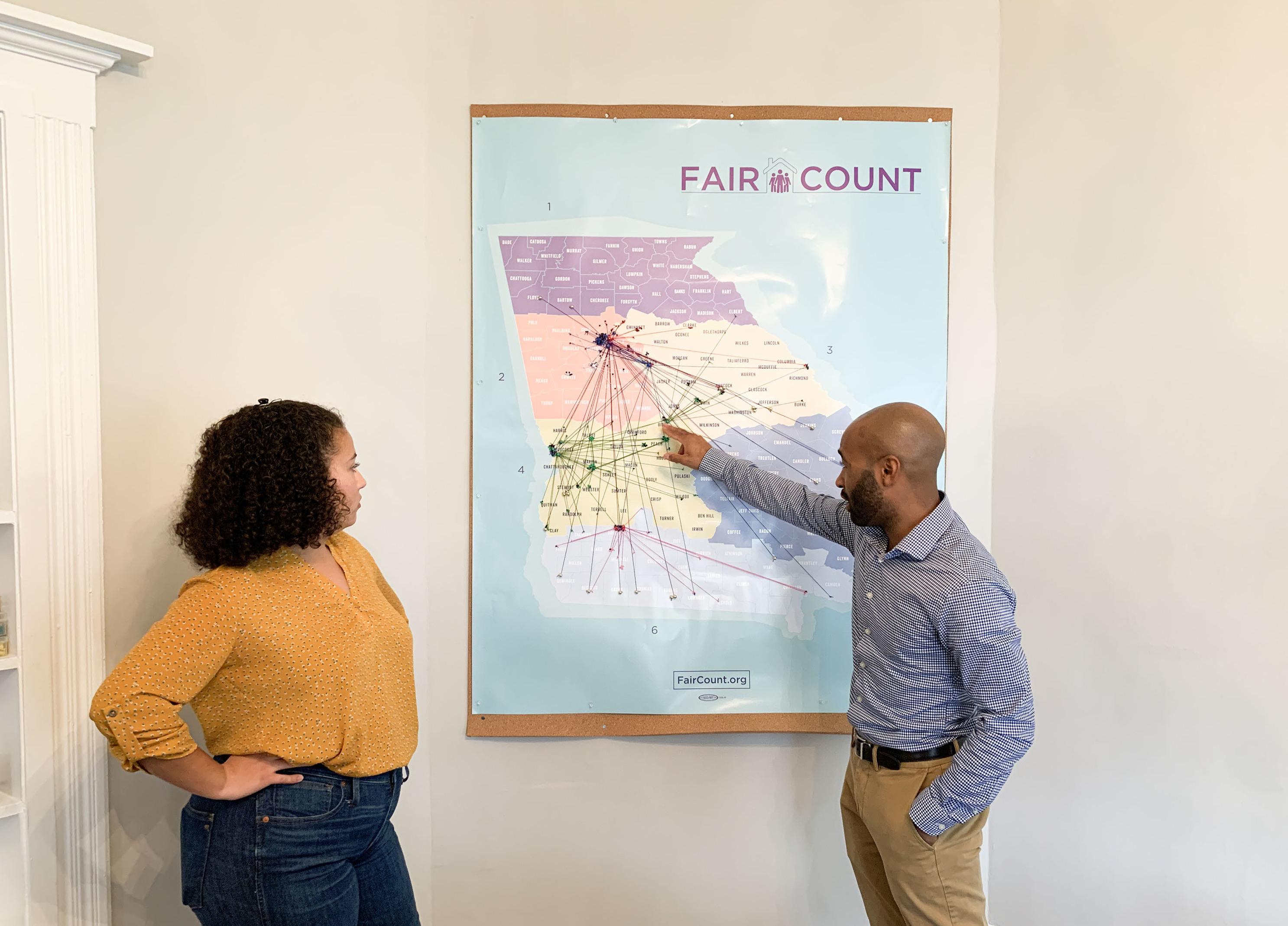 Ed Reed (derecha), director del programa de Fair Count, y Djemanesh Aneteneh, administradora de operaciones y eventos, observan un mapa que muestra los puntos de acceso Wi-Fi que el grupo ha instalado en Georgia. Foto: Hansi Lo Wang / NPR.