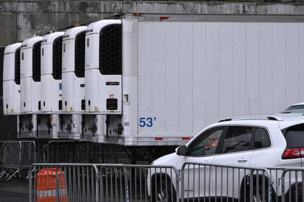 Camiones refrigerados para almacenar cadáveres porque las morgues se hallan rebosadas debido al coronavirus. Foto: https://www.phillyvoice.com.