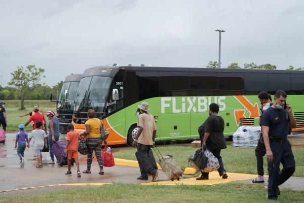 """Evacuados abordan los autobuses en el Centro Cívico Robert A. """"Bob"""" Bowers, en Port Arthur cuando el huracán Laura se acercaba a la costa del Golfo el 26 de agosto de 2020. Foto: Houston Public Media."""