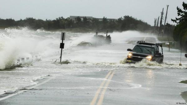 Carreteras en Texas, inundadas por efecto del huracán Laura. Foto: www.dw.com.