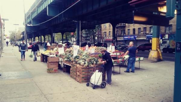 Mexicanos realizan acopio de alimentos donados por voluntarios en Queens, NY, para repartirlos a las familias indocumentadas cuyos miembros proveedores perdieron el trabajo a causa de la pandemia de covid-19. Foto: cortesía de Ricardo Flores Zapata.