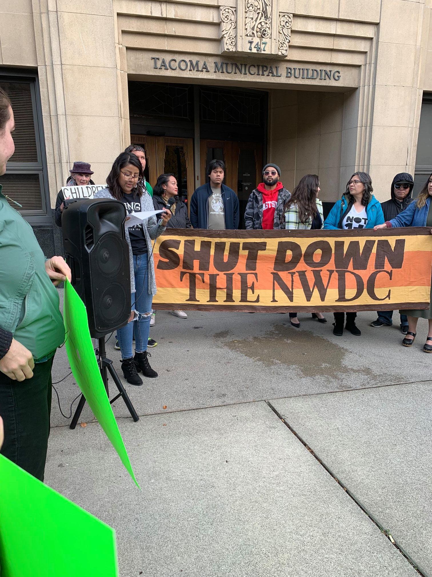 Miembros del grupo La resistencia en una audiencia en al Concejo Municipal de Tacoma. Foto: Cortesía de La Resistencia / Facebook.