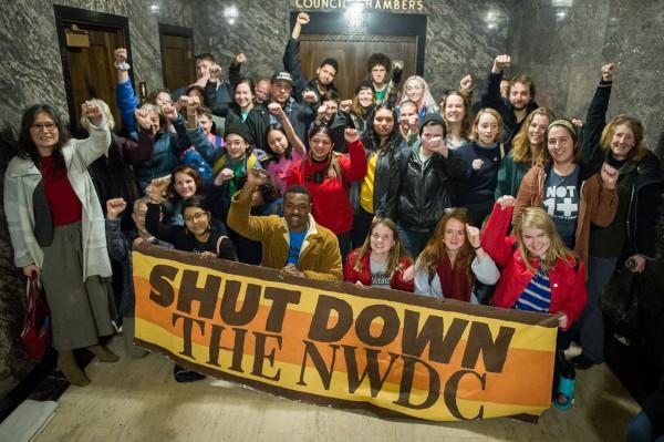 Miembros de La Resistencia protestando en favor de los detenidos en el NWDC, en el Edificio Municipal de Tacoma, Washington. Foto: cortesía de La Resistencia.