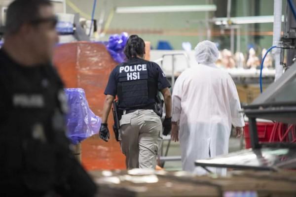 En el operativo de Inmigración en Mississippi los agentes entraron a las plantas avícolas sin aviso y arrestaron a cientos de trabajadores. Foto: https://www.meatpoultry.com.