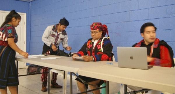 Como parte de la campaña para promover el conteo del censo, mayas de la etnia Mam tocan la marimba en el vecindario de Fruitvale, en Oakland, California.