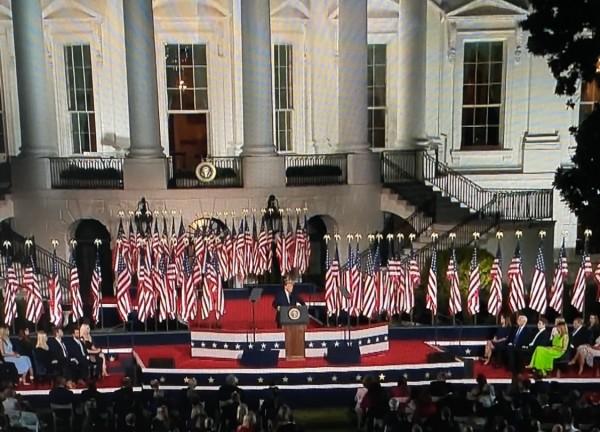 En el cierre de la Convención Nacional Republicana Trump acepta su nominación como candidato a la presidencia de Estados Unidos en 2020, usando la Casa Blanca como plataforma de campaña.