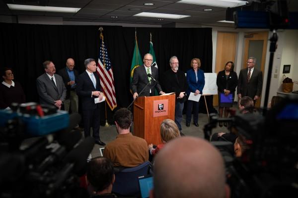El gobernador de Washington, Jay Insle en conferencia de prensa haciendo el anuncio del fondo de 40 millones de dólares para los trabajadores inmigrantes agrícolas, indocumentados o no. Foto: Oficina de Gobierno de Washington.
