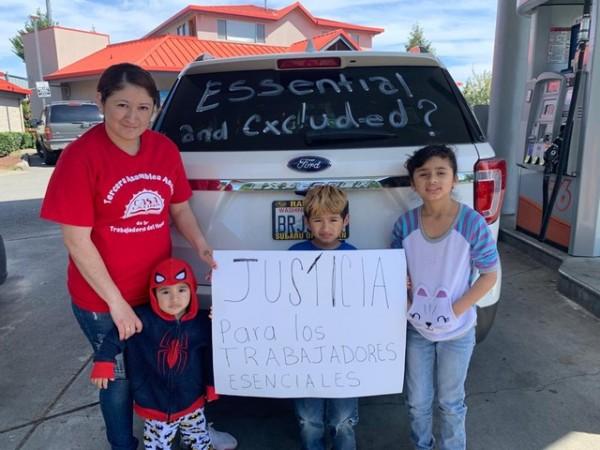 Familia inmigrante de trabajadores indocumentados esenciales que recibieron la ayuda del estado. Foto: José Luís Buen Abad.