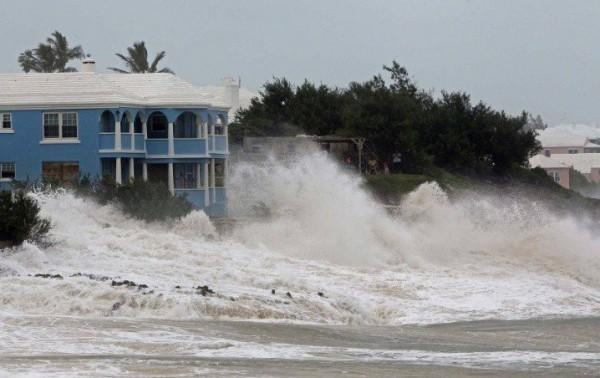 Olas levantadas por el huracán Laura llegan hasta las viviendas en la costa de Lake Charles, Luisiana. Foto: https://www.dw.com.