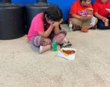 Hija de un trabajador arrestado por ICE en Mississippi que esperaba inútilmente a su padre, desconsolada. Foto: https://www.msn.com.