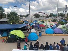 Refugiados en campamento mientras esperan someter su solicitud de asilo a EE UU, en Matamoros, México. Foto: https://www.elmanana.com.