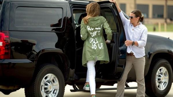 """La Primera Dama, Melania Trump usando una expresiva chaqueta con la leyenda en la espalda: """"I Really Don't Care do U?"""", en un viaje para visitar a niños migrantes detenidos en la frontera. Foto: https://www.thequint.com."""
